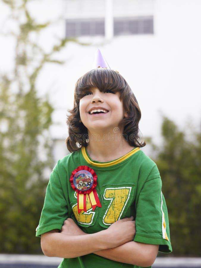 Stående av pojken som utomhus skrattar royaltyfria bilder