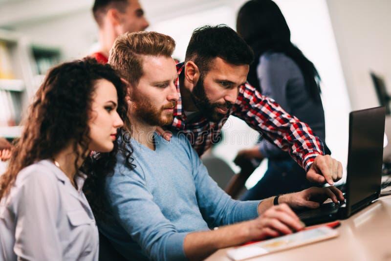 Stående av programmerare som arbetar i utvecklingsprogramvaruföretag royaltyfri bild