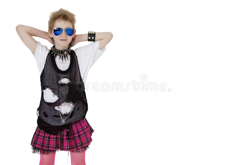 Stående av punkrockungen i maskeradkläder med händer bak huvudet över vit bakgrund arkivfoto