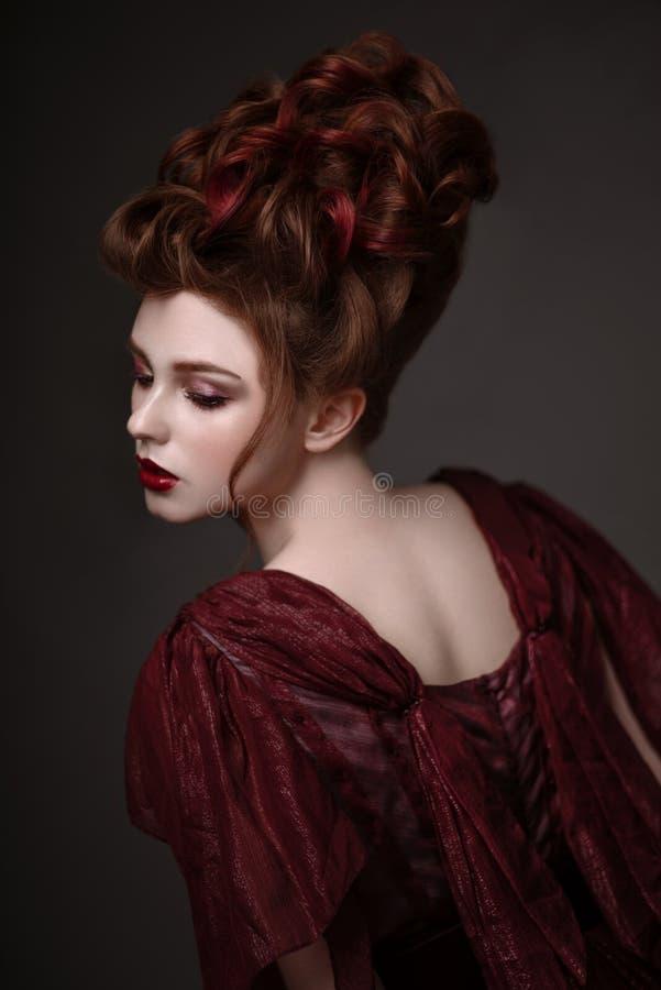 Stående av rödhårig mankvinnan med den barocka frisyren arkivfoton