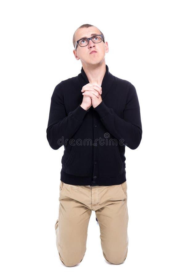 Stående av roligt be för ung man som isoleras på vit royaltyfri bild