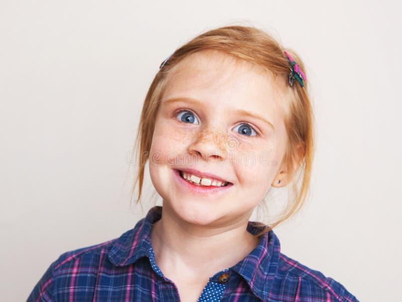 Stående av roligt le för rödhårig manliten flicka arkivbild