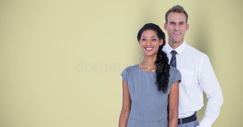 Stående av säkra affärskollegor som står mot grön bakgrund arkivbilder