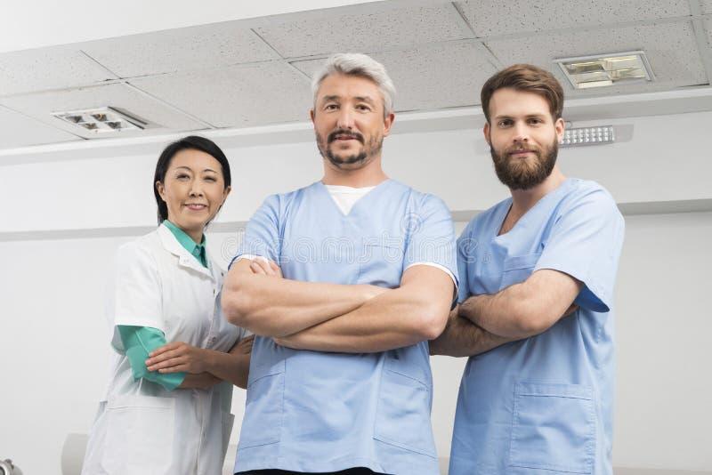 Stående av säkra doktorer som står korsade armar royaltyfria foton