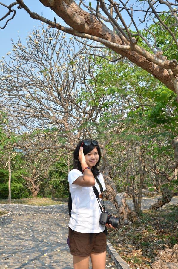 Stående av söt det fria och att le för ung kvinna stående arkivbild