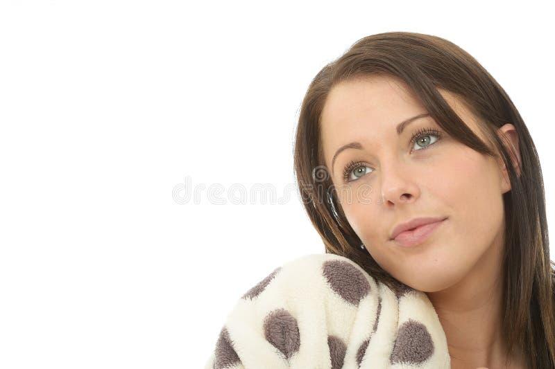 Stående av sött oskyldigt drömlikt attraktivt dagdrömma för ung kvinna royaltyfri foto