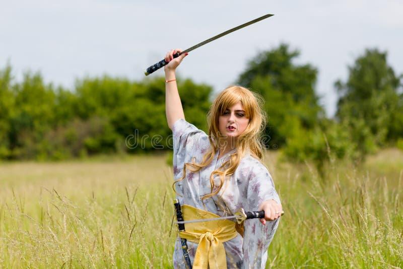 Stående av samurajflickan med ett svärd royaltyfri bild