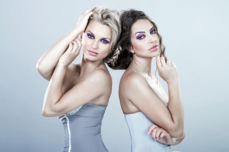 Stående av sexiga unga kvinnor för skönhet royaltyfri foto