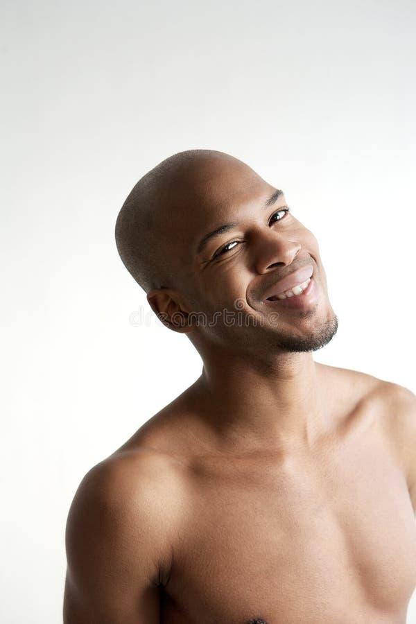 Stående av shirtless le för man arkivfoton