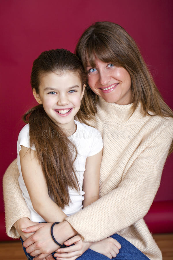 Stående av sju årig dotter och mamma royaltyfria bilder