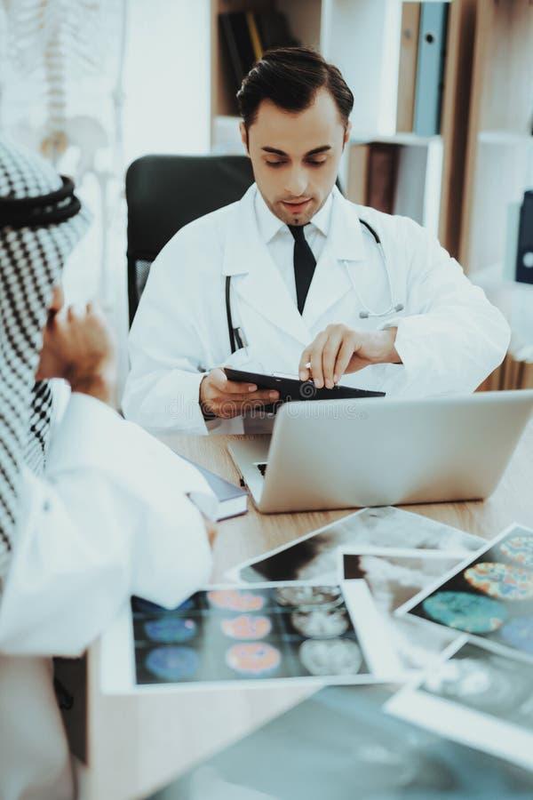 Stående av sjukhuset för doktor Consulting Arabic Man arkivfoton