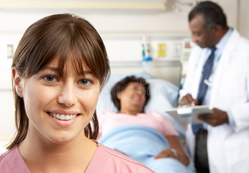 Stående av sjuksköterskan med tålmodig i bakgrund royaltyfria foton