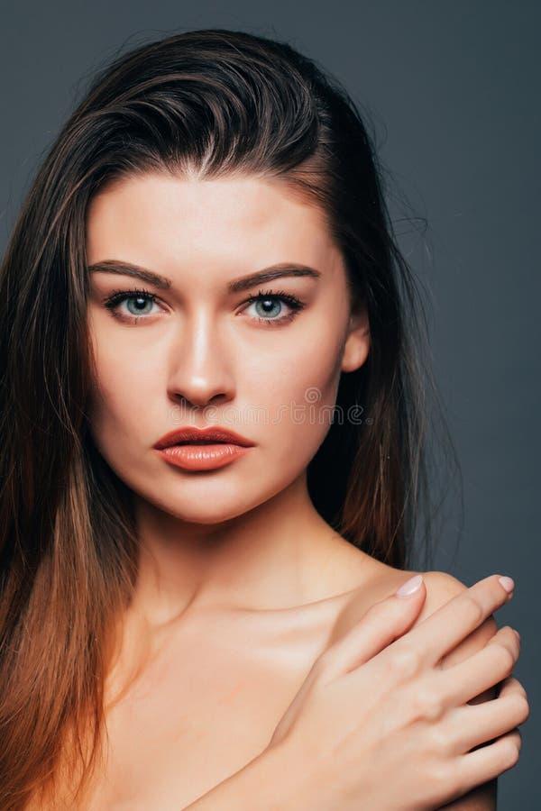 Stående av skönhetflickan med skönhethud, handlagkropp med händer på grå bakgrund Skönhetsmedel eller brunnsort, healtcarebegrepp royaltyfri bild
