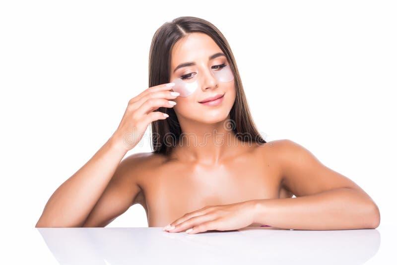 Stående av skönhetkvinnan med ögonlappar Kvinnaskönhetframsida med maskeringen under ögon Härlig kvinnlig med naturlig makeup och royaltyfria foton