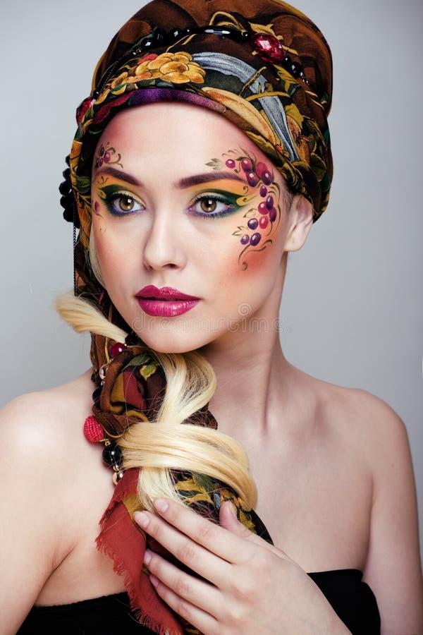 Stående av skönhetkvinnan med framsidakonst arkivfoton