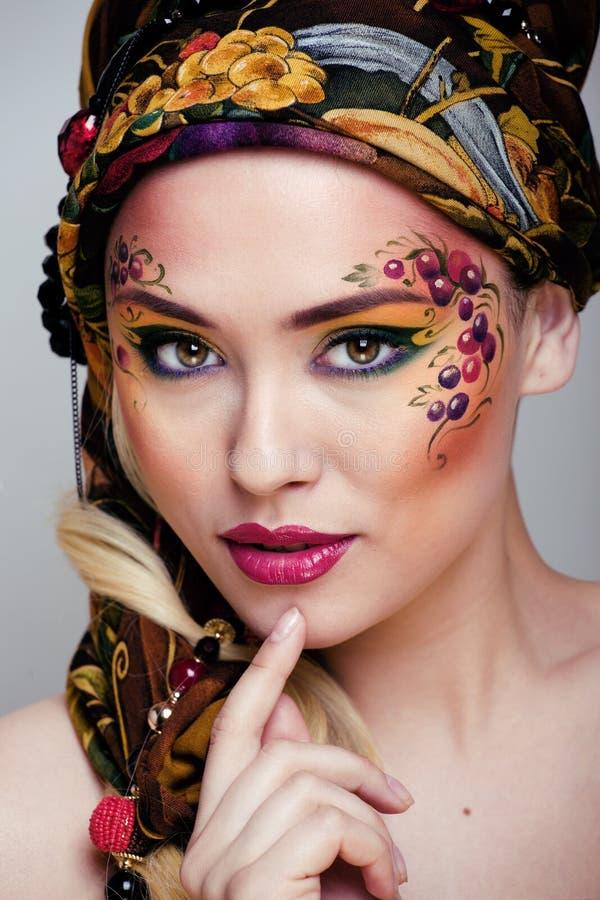 Stående av skönhetkvinnan med framsidakonst royaltyfria foton