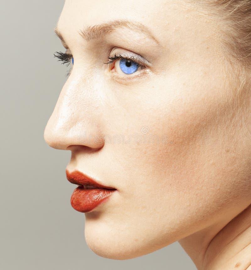 Stående av skönhetkvinnan med makeup fotografering för bildbyråer