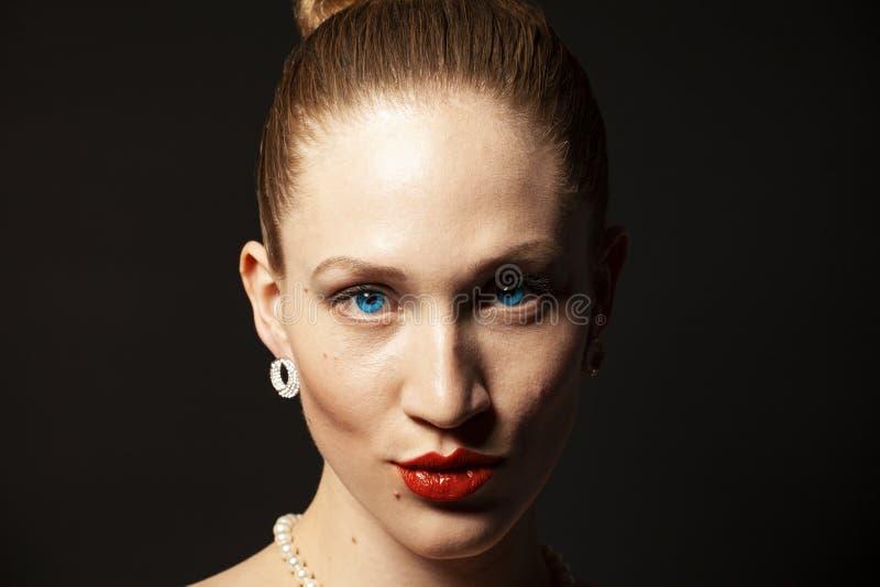 Stående av skönhetkvinnan med makeup royaltyfria bilder