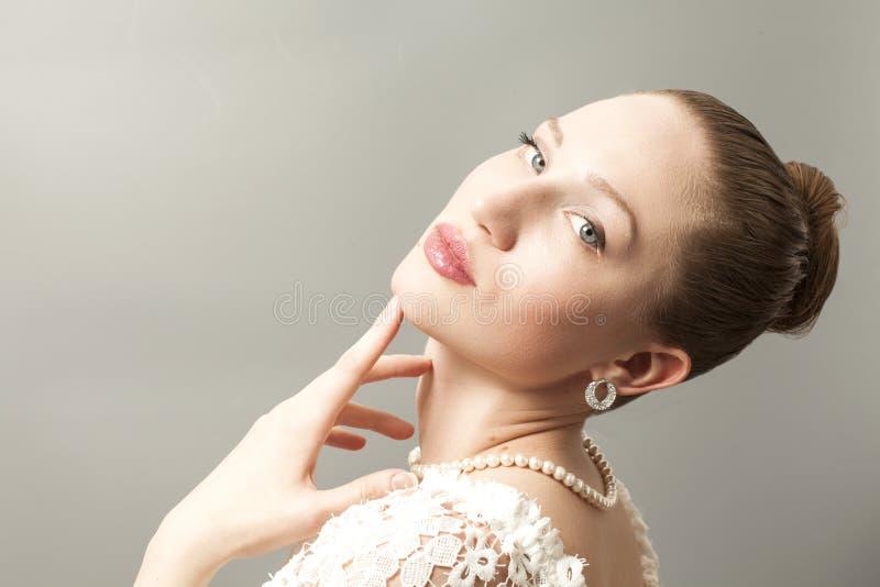 Stående av skönhetkvinnan på grå färger fotografering för bildbyråer