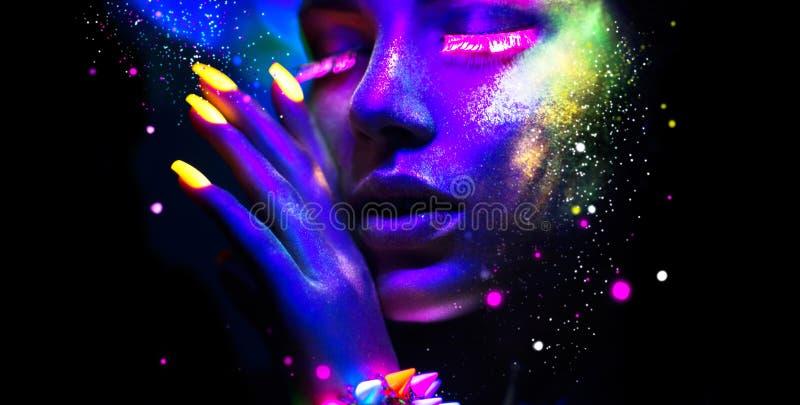 Stående av skönhetmodekvinnan i neonljus arkivbild