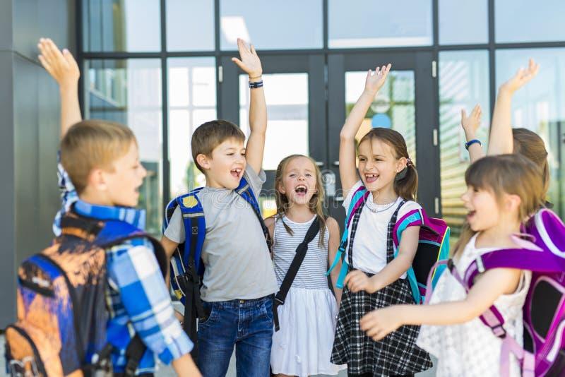 Stående av skolaelever utanför bärande påsar för klassrum royaltyfria bilder