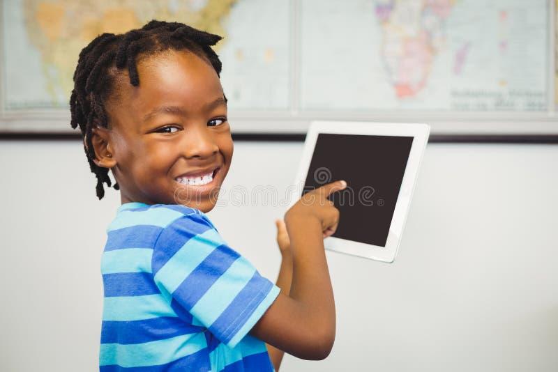 Stående av skolapojken som använder en digital minnestavla i klassrum royaltyfria foton