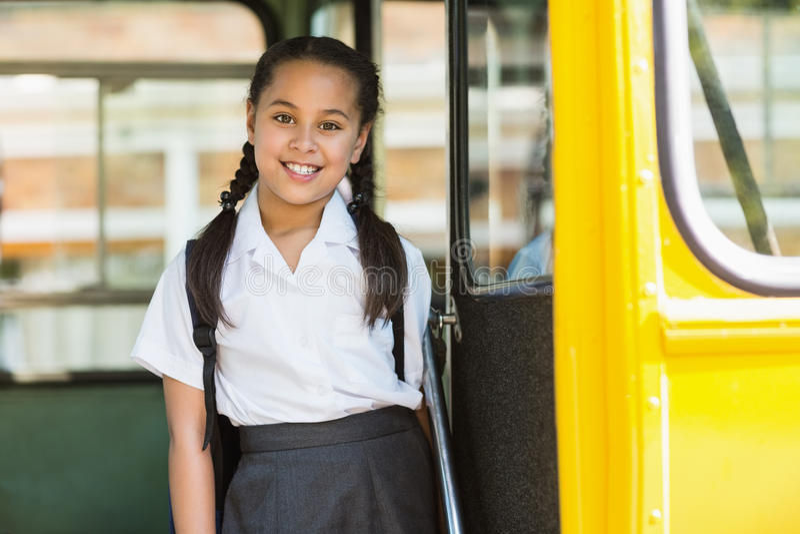 Stående av skolflickan som ser från bussen arkivfoto