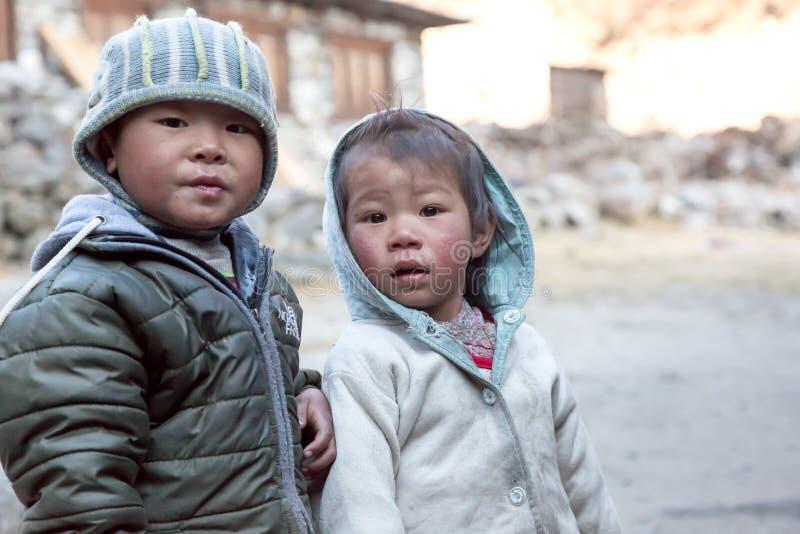 Stående av små nepalesiska barn i den avlägsna Himalaya byn royaltyfria foton