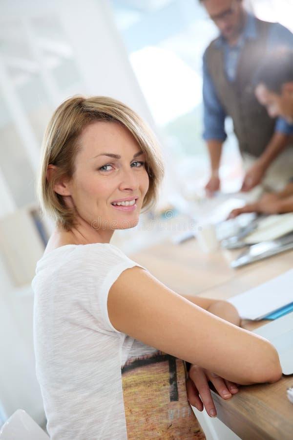 Stående av smilingfaffärskvinnan på kontoret arkivfoton