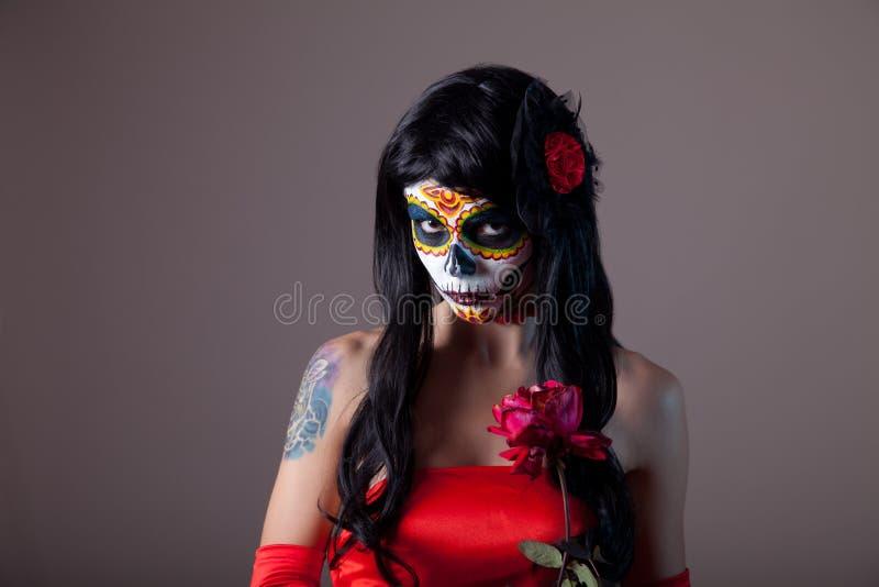 Stående av sockerskalleflickan med den röda rosen royaltyfria bilder
