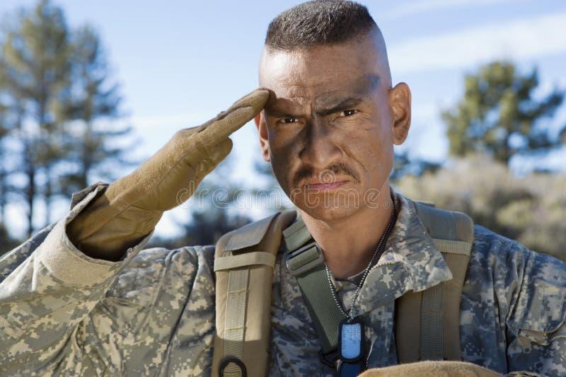 Stående av soldaten Saluting royaltyfri foto