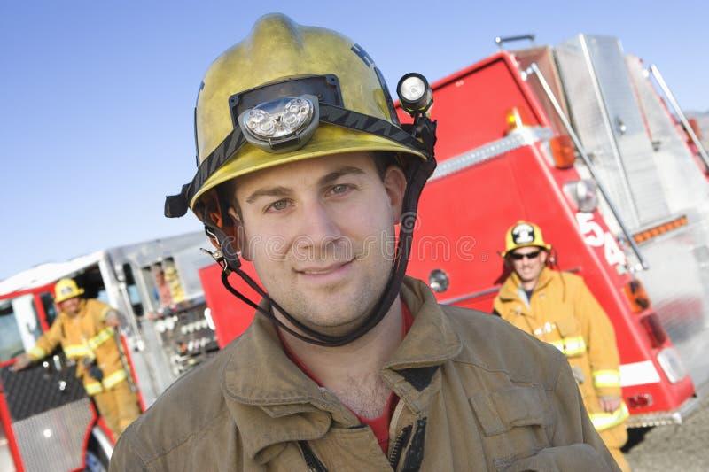 Stående av A som ler brandarbetaren arkivfoto