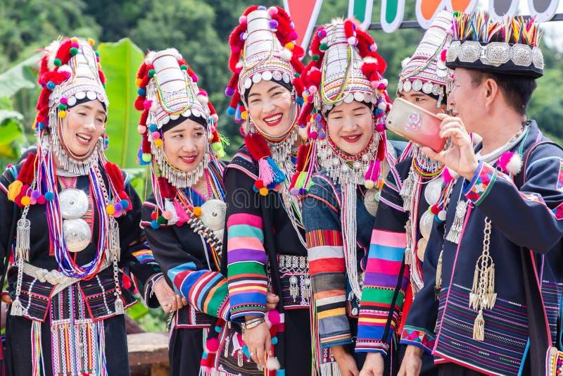 Stående av stammen för dam Akha för härlig grupp den asiatiska royaltyfri fotografi