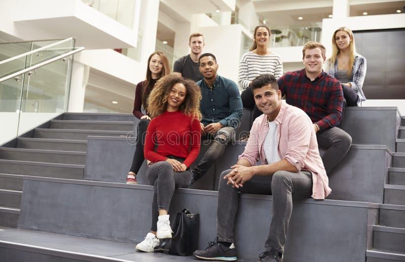 Stående av studenten Group On Steps av universitetsområdebyggnad royaltyfri bild