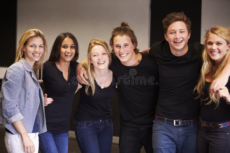 Stående av studenter med läraren At Drama College royaltyfri fotografi
