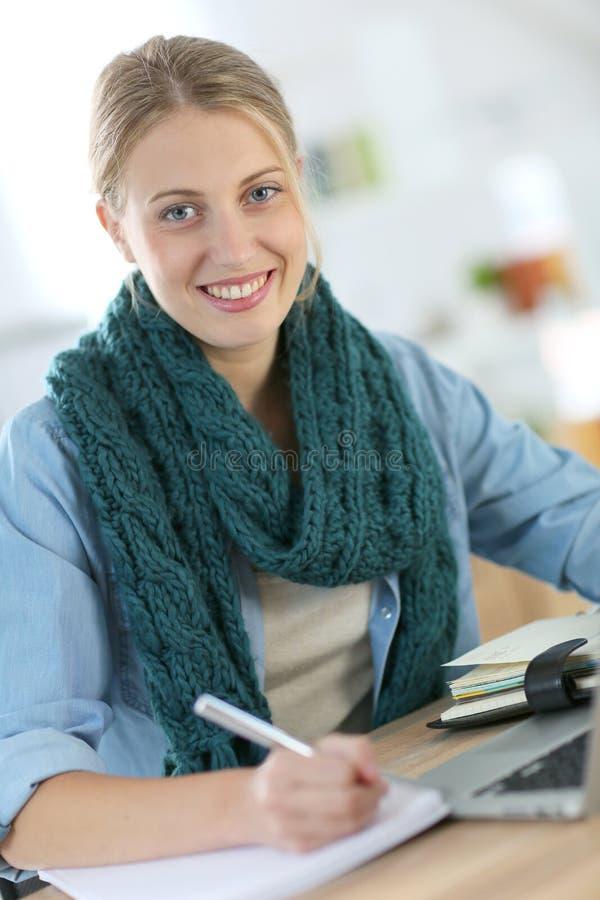 Stående av studentflickan som hemma arbetar på bärbara datorn royaltyfri bild