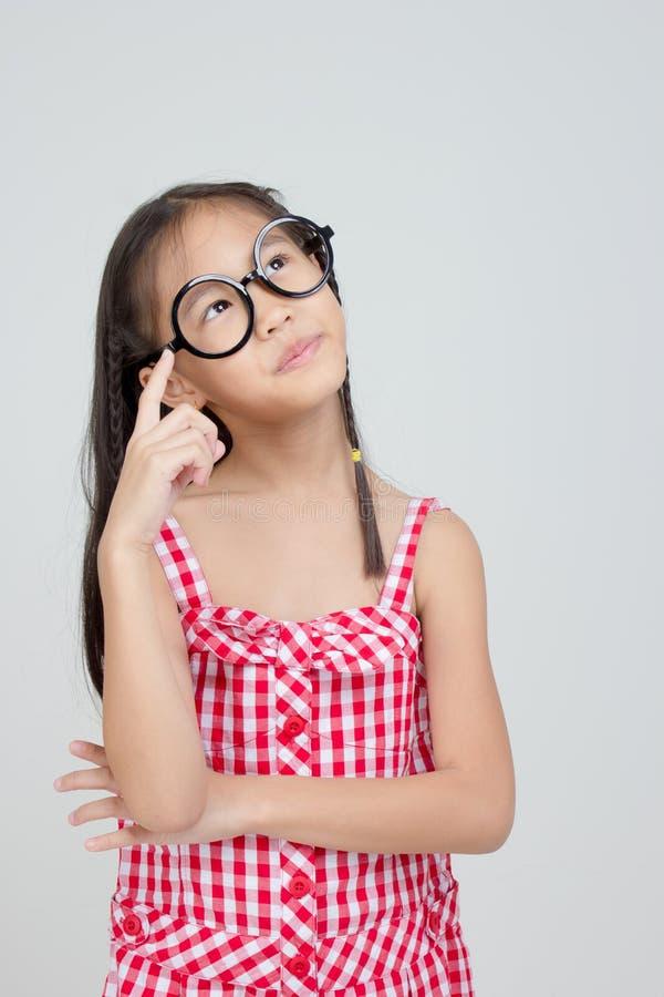 Stående av tänkande handling för litet asiatiskt barn fotografering för bildbyråer