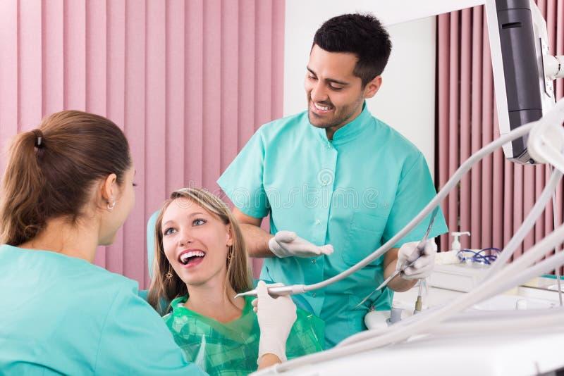 Stående av tandläkaren och patienten på den tand- kliniken royaltyfri foto