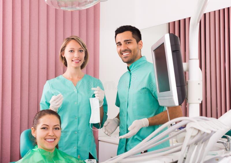 Stående av tandläkaren och patienten på den tand- kliniken royaltyfria bilder