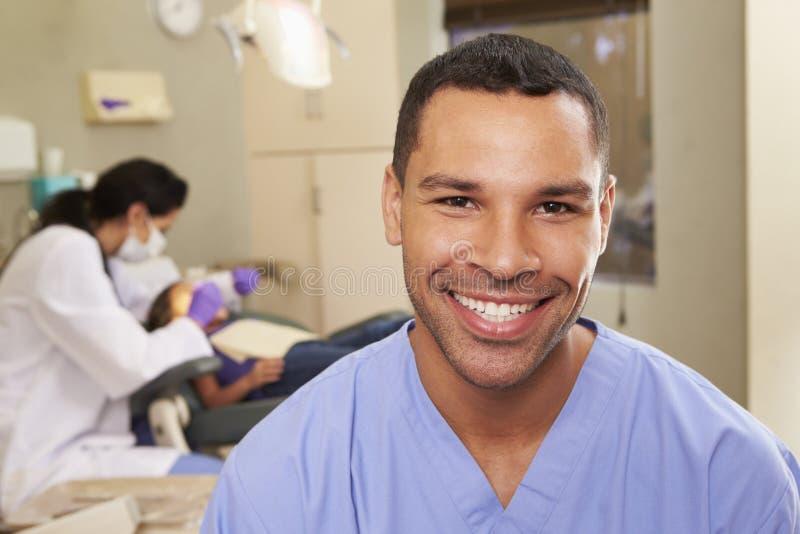 Stående av tandsköterskan In Dentists Surgery royaltyfria foton