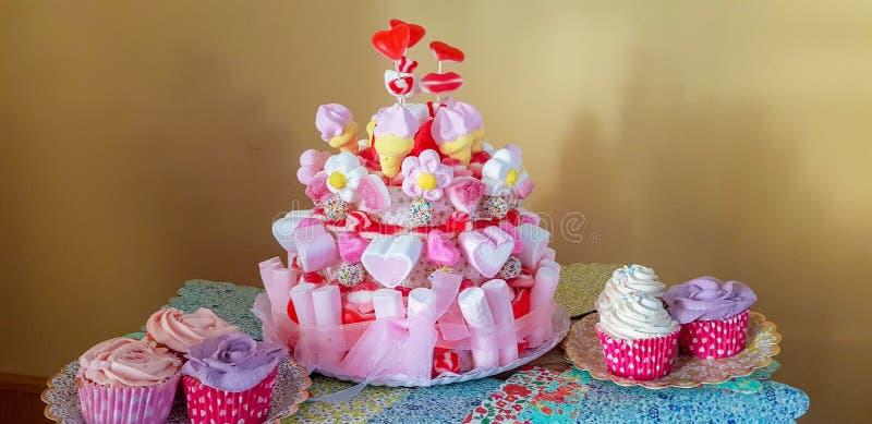 Stående av tillförsel för födelsedagparti sött hörn med kakan, lollies, kakor och godisen royaltyfri foto