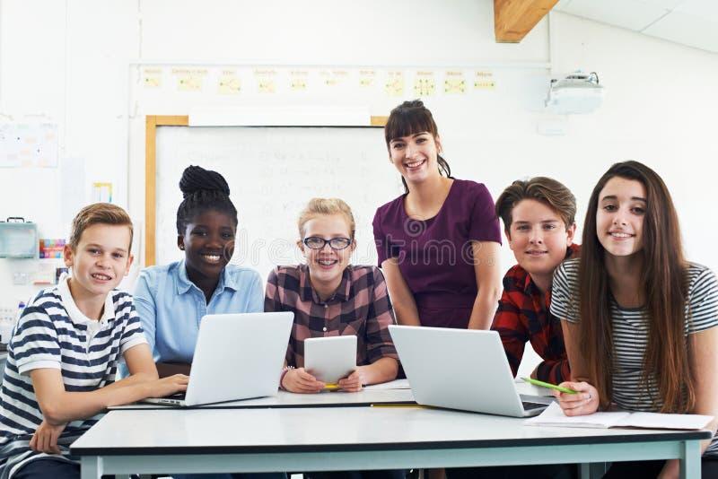 Stående av tonårs- studenter med lärareIn IT grupp royaltyfri bild