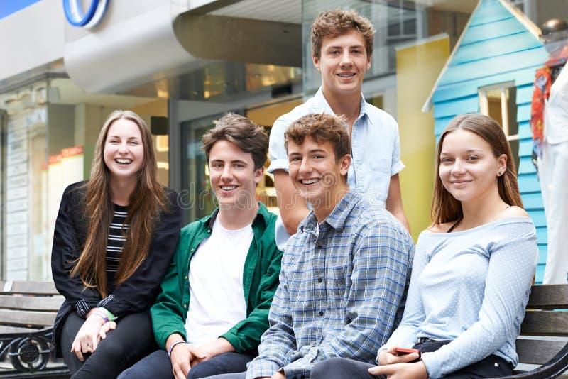 Stående av tonårs- vänner som ut tillsammans hänger i stad arkivbilder