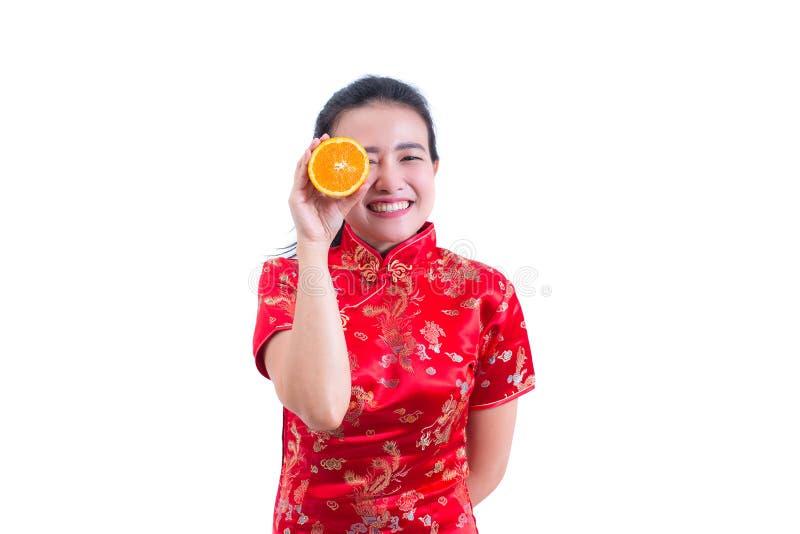 Stående av traditionell cheongsam för härlig ung asiatisk klänning för kvinnakläder kinesisk hållande orange skivor som är främst arkivbild