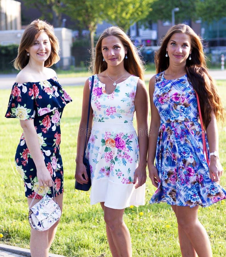 Stående av tre attraktiva vänner som utanför står royaltyfri bild