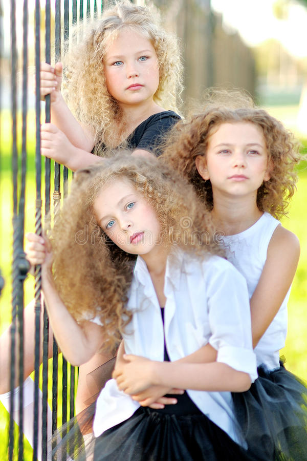 Stående av tre härliga små flickor för ett mode arkivbild