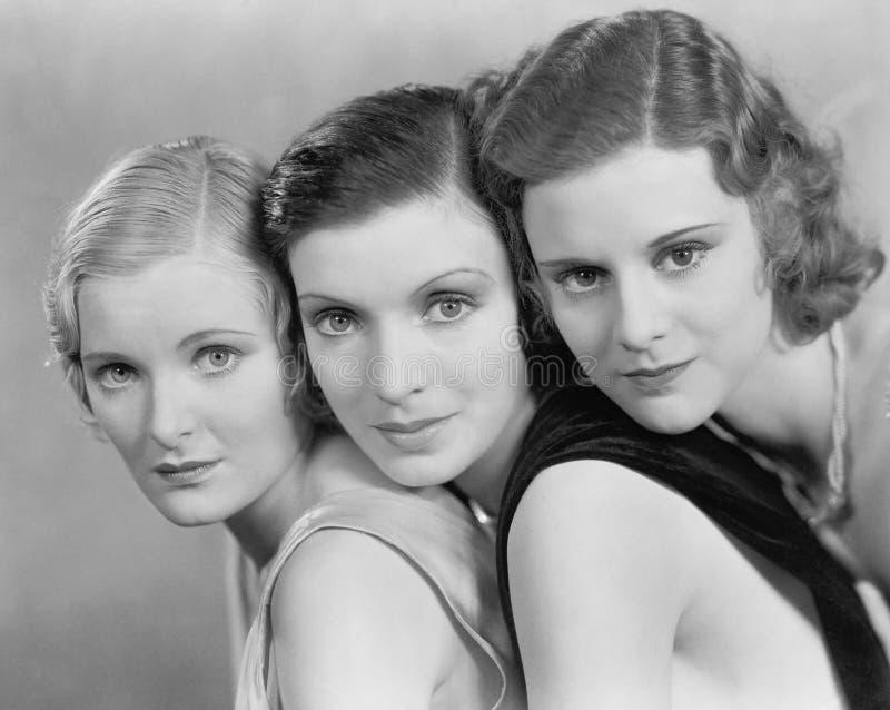 Stående av tre kvinnor (alla visade personer inte är längre uppehälle, och inget gods finns Leverantörgarantier att det ska finna royaltyfria bilder