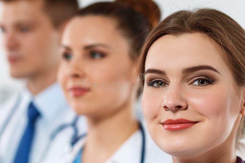 Stående av tre läkare som en och en står arkivfoto