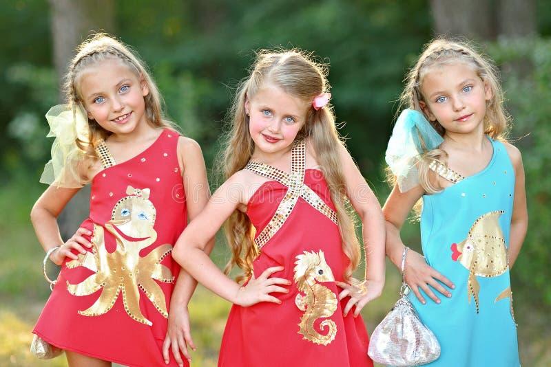 Stående av tre små flickor arkivfoto