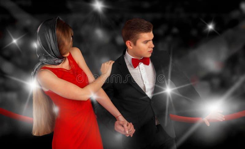 Stående av trendiga par i paparazziexponeringar royaltyfri fotografi